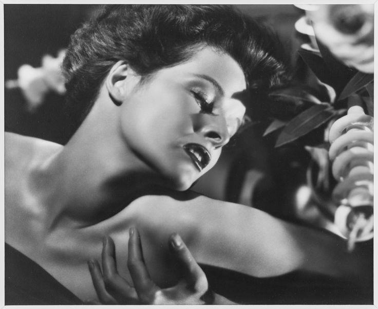"""""""Katharine Hepburn"""". Photographie par Ernest Bachrach, 1932.  Tirage argentique d'époque signé et daté."""