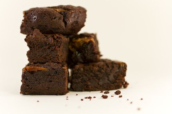 Brownies ripieni di caramello salato