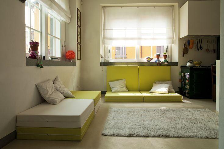 Pouf futon transformable en lit Booklet, simple repose-pied ou originale couchage d'appoint