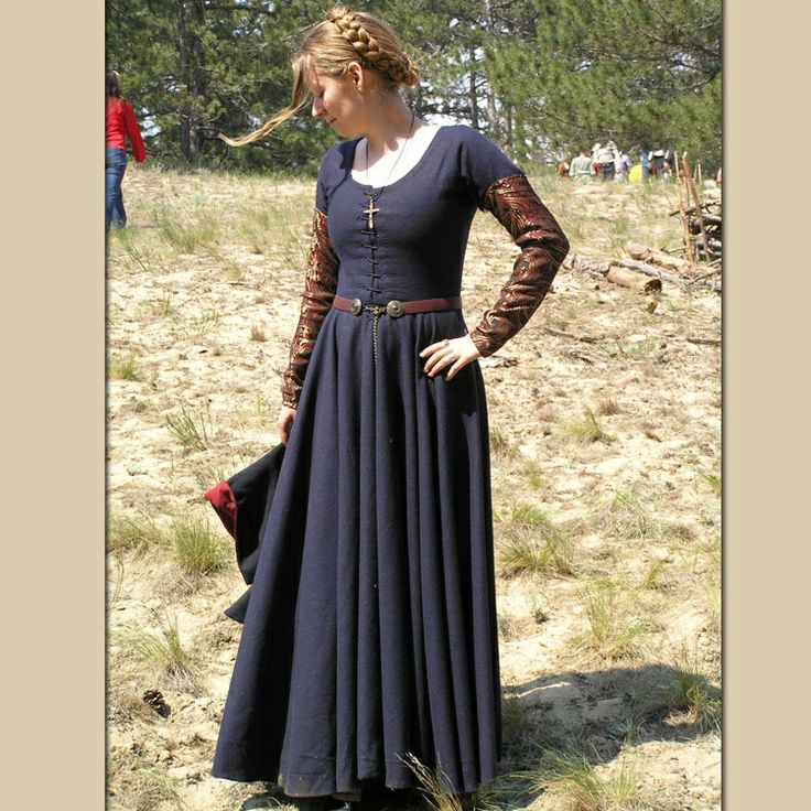 Gorgeous late medieval wool kirtle & damask sleeves. I love those pin on sleeves, I bet it is based off of one my favourite paintings of Mary Magdalene.