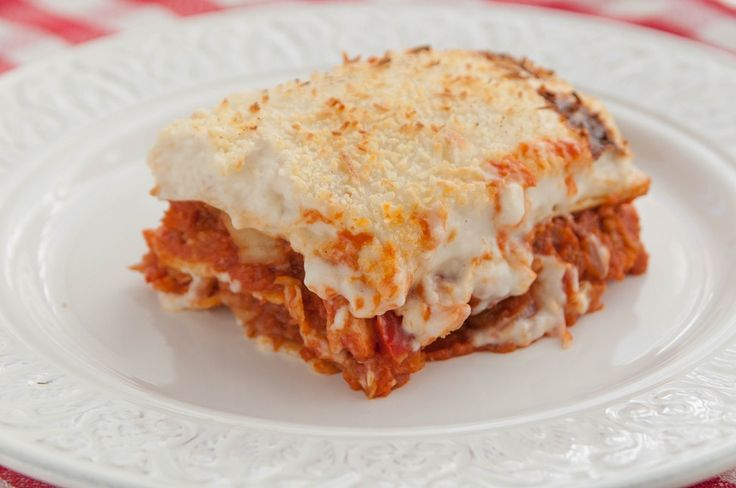 Cómo preparar una deliciosa lasaña de merluza y gambas. Una receta italiana que mezcla pescado y marisco con verduras, un plato perfecto para el menú diario.