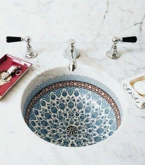 Tolles Waschbecken mit Ornamenten . Runde Waschschüssel eingelassen in Marmorplatte.