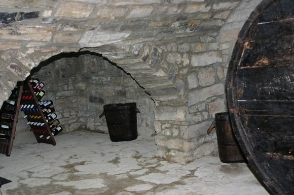 LLEIDA, SANT GUIM DE LA PLANA. Casa rural Can Rabasser, antigua casa de pueblo restaurada. Dispone de #5_dormitorios,  2 baños, comedor y cocina con chimenea, gran terraza con #barbacoa, #museo_de_la_payesía en la propia casa, #sala_de_juegos con #futbolín y #ping_pong, #bodega de piedra. También se puede disfrutar de la piscina municipal que hay justo detrás (gratis para los inquilinos).Sant Guim de la Plana es un pequeño #pueblo_medieval  con castillo. #casa_rural_con_bodega
