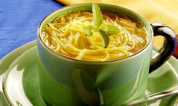 CALDINHO DE AÇAFRÃO O caldinho de açafrão é feito com macarrão cabelo-de-anjo e folhas de manjericão. Faça para seu jantar hoje mesmo
