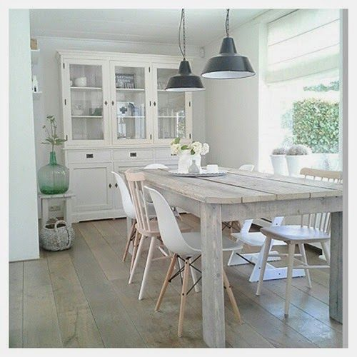 Lovely dining. Different white dining chairs. Eames. Verschillende stoelen.