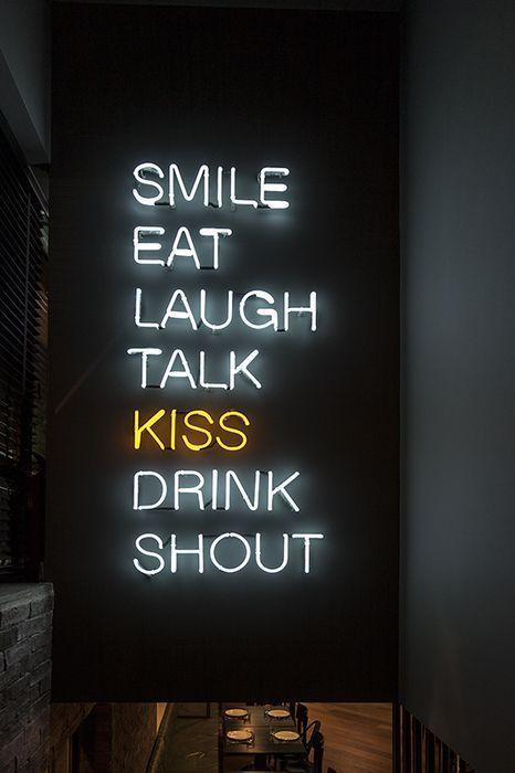 lächeln essen lachen reden küssen trinken schreien   #leben #liebe #neon #light #lettering