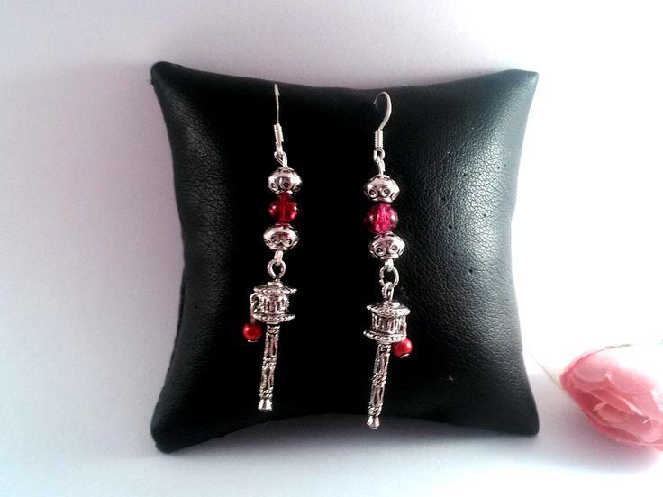 boucles d'oreille en métal argenté et perles rouge breloque moulin à prière et supports crochets : Boucles d'oreille par chely-s-creation