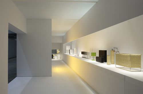 Clean and minimal commercial interior by Japanese office Tonerico.