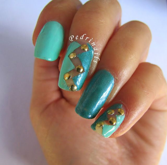 Nail art geometrica con negative space a zig-zag e borchie ispirata ad Ashnevarez - nail studs nails - photo © Pedrìnails