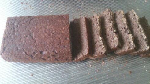 Glutenvrij brood. Teffmeel brood.    300Gr Teffmeel 300Gr Water    6 Gr suiker    6Gr zout    7Gr gedroogde gist    2 eetlepels chiazaad Alles mengen zout als laatste.! 50 min rijzen onder vochtige doek. Dan nogmaals mengen en 50 min rijzen. Daarna 30-40 min op 220 graden bakken.