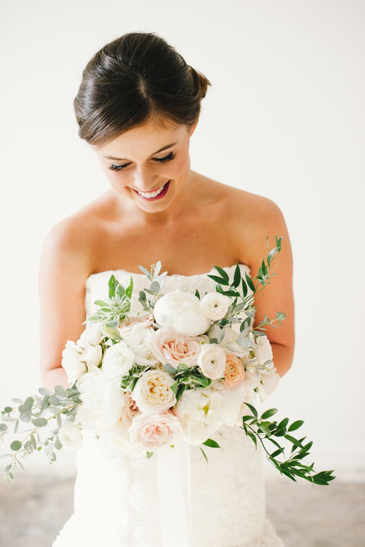 Gorgeous trailing wedding bouquet - Soft and feminine #wedding #bouquets #trends