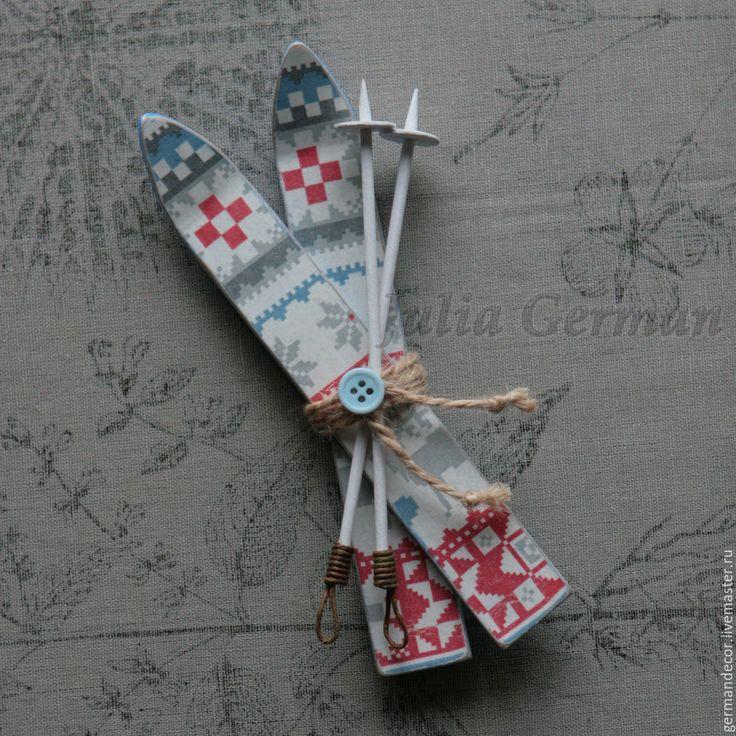 1. Итак, приступим к изготовлению миниатюрных лыж! Для этого нам понадобятся следующие материалы: картон толщиной не менее 1 мм; крафт- бумага (оберточная); шпатлевка акриловая или латексная; клей ПВА; ножницы, цанговый нож или канцелярский нож; простой карандаш, линейка; салфетка с фоновым мотивом; синтетическая кисть; деревянные шпажки; акриловый грунт для картона или универсальный аэрозольный…