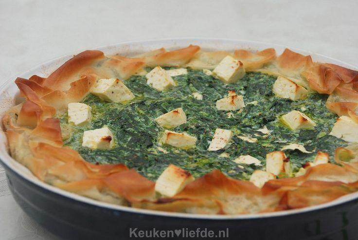 Deze spinazie-feta taart is mijn eigen verrukkelijke variant op de Griekse spanakopita en is echt om je vingers bij af te likken, zo lekker!