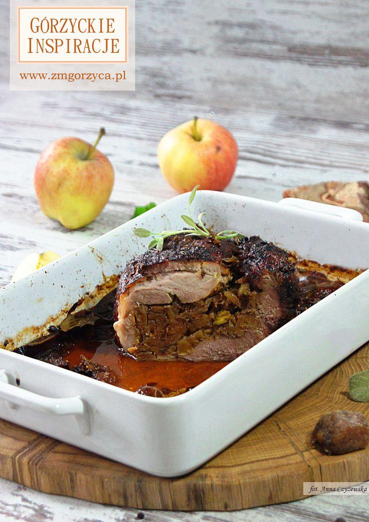Pieczona wieprzowina z nadzieniem z jabłka, suszonej figi i pistacji - wyjątkowa pieczeń z bardzo kuszącym farszem – słodkie, słone, pachnące jabłkami z chrupiącymi orzechami – po prostu przepyszna propozycja na świąteczny obiad (i nie tylko). http://www.zmgorzyca.pl/index.php/pl/kulinarny/boze-narodzenie/424-pieczona-wieprzowina