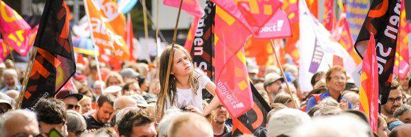 320.000 auf den Straßen - das war unfassbar  Nein, es ist nicht zu dick aufgetragen, wenn wir sagen: Dieser Demo-Tag geht in die Geschichte ein. 70.000 Menschen in Berlin, 65.000 in Hamburg, 55.000 in Köln, 50.000 in Frankfurt, 40.000 in Stuttgart, 15.000 in Leipzig und in München trotz Dauerregens 25.000. Alles zusammen: 320.000 Menschen – unfassbar! Größer und bedeutender war Protest selten. Die Entschlossenheit, die Sprechchöre, die Gänsehautmomente… diese Protestbewegung hat Kraft!