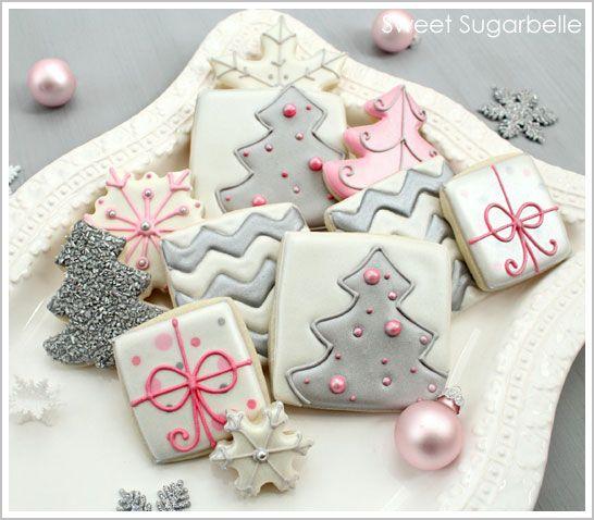 Gâteaux de Noel girly rose et gris décoré de sapins et cadeaux
