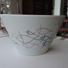 """Petit saladier en porcelaine, peint main, décor"""" banc de poissons""""."""