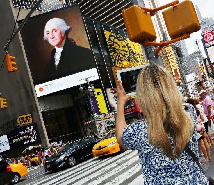 米ニューヨーク(New York)にあるタイムズスクエア(Times Square)の電光掲示板に表示されるギルバート・スチュアート(Gilbert Stuart)の作品「ジョージ・ワシントン(George Washington)」(2014年8月4日撮影)。(c)AFP/Getty Images/Cindy Ord ▼6Aug2014AFP|NYの街を彩る著名アート作品、全米規模のプロジェクトで http://www.afpbb.com/articles/-/3022377 #New_York #Times_Square #George_Washington_Gilbert_Stuart