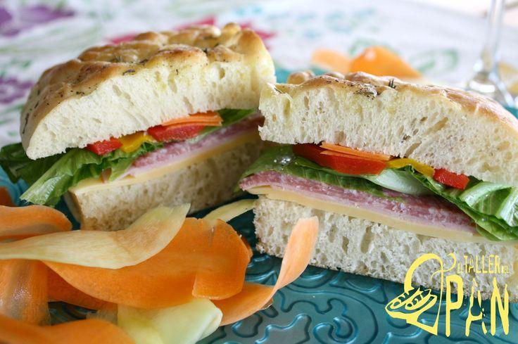 Sándwich elaborado con pan ciabatta, pimentones rostizados, queso holandés, salami, lechuga y zanahoria