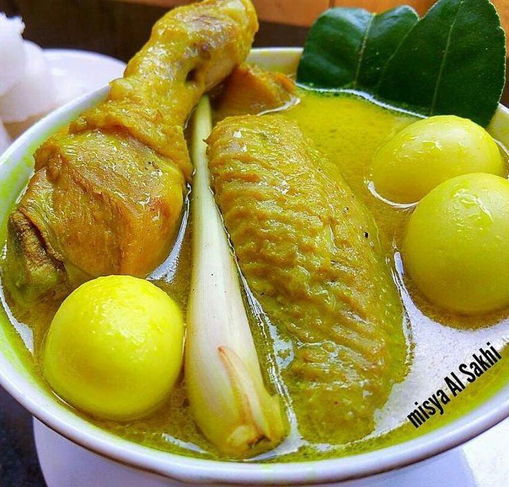 @Regrann from @misyaalsakhi - . OPOR AYAM  By @misyaalsakhi  Bahan : ➡ ayam bbrp biji ➡ telur puyuh rebus dan kupas kulitnya ➡ sereh, jahe dikeprek ➡ daun salam, daun jeruk ➡ bumbu uleg : bwng mrh, putih,  ketumbar (sangrai), kemiri (sangray), kunyit (bakar) ➡ santan ➡garam dan gula . .  Cara : ➡ tumis bumbu uleg smp harum mskn sereh, jahe, d. Jeruk, d. Salam ➡ masukkan ayam.. Goreng sbntr ➡ tuang air.. Ungkep smp empuk ➡ tuang santan (sy pke kara) ➡ beri garam, gula.. Test rasa ➡mskn telur…