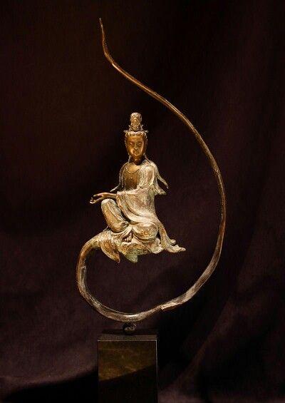 Guanyin (chinesisch 觀音 / 观音, PinyinGuānyīn, W.-G. Kuan-yin) ist imostasiatischen Mahayana-Buddhismus ein weiblicher Bodhisattva des Mitgefühls, wird aber im Volksglauben auch als Göttin verehrt, wobei sie ursprünglich der männliche Bodhisattva Avalokiteshvara war.