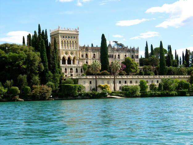 Le Lac de Garde, une destination extrêmement variée pour toute la famille : sports nautiques, activités culturelles, douceur de vivre à l'italienne, gastronomie... Pour ceux qui ne connaissent pas cette région, le Lac de Garde est le plus grand lac d'Italie et se situe dans la superbe région des lacs au Nord de Milan : Lac de Côme, Lac Majeur, Lac de Garde et Lac d'Iseo... A retrouver sur www.bookdevoyage.com