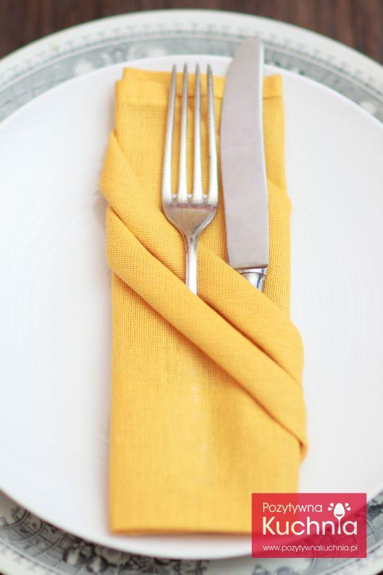 Składanie serwetki z ukośnymi kieszonkami - #poradnik jak złożyć serwetkę w dwie ukośne kieszonki na sztućce  http://pozytywnakuchnia.pl/serwetka-z-ukosnymi-kieszonkami-na-sztucce/  #dom #home #decor