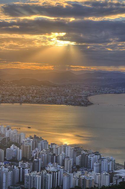 O por do sol no centro de Florianópolis, Santa Catarina, Brasil. Por Gabriel Fontes.