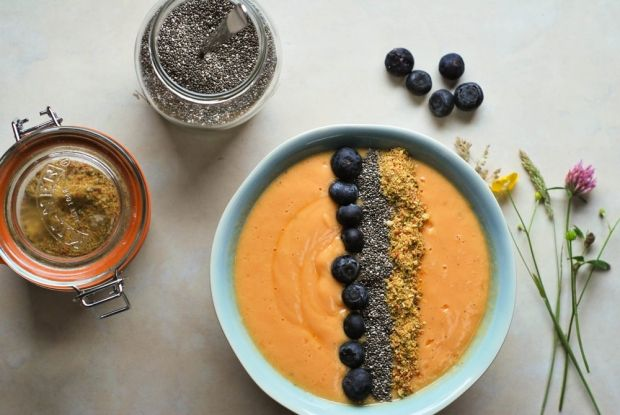 Papaya er en alsidig frugt, der hjælper på alt fra at booste hårets vækst til at fremme fordøjelsen. Vi har samlet tre lækre og lette opskrifter lige her, der alle indeholder den sunde papaya-frugt.