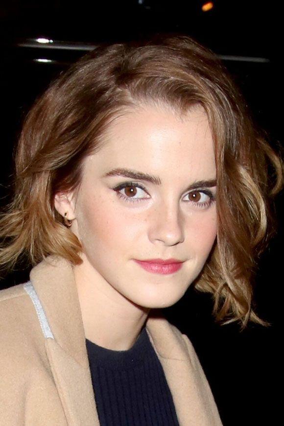 """Depois de um período cultivando o cabelão, Emma Watson aparece na pré-estreia de """"True Cost"""" com a cabeleira cu..."""