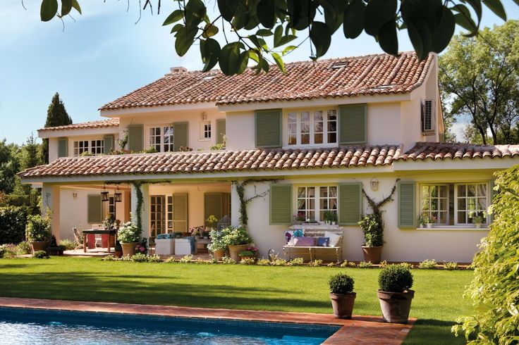 Una casa de ensueño en Madrid. La piscina, el porche, un rincón bajo los árboles... En verano la casa se vive al aire libre. Todas las estancias de la casa, distribuida en dos plantas, dan al jardín.