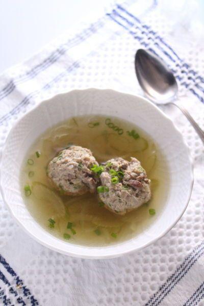 オーストリアのお料理、レバーのお団子のスープです。  ごろっとした肉団子がおいしくて、メインにもなるスープです。  現地の味を食べやすく、作りやすくアレンジして作ってます。