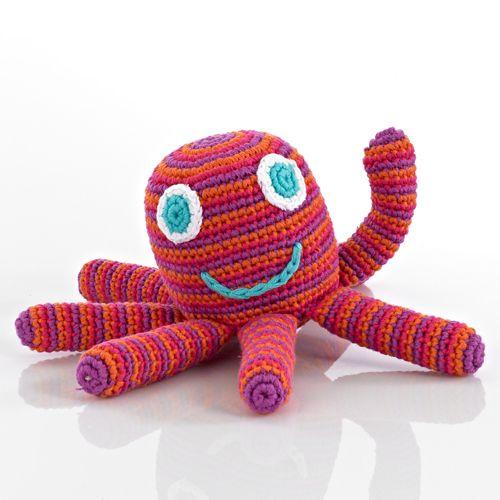 Morbidi e colorati animali, appetitose verdure e squisiti cupcakes firmati Pebble: il marchio che produce giocattoli e sonagli in crochet di cotone fair-trade.   http://www.reregreen.com/shop/it/16-pupazzi-sonagli
