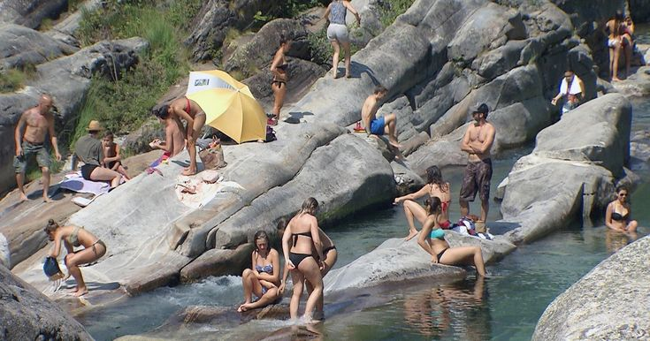 これくらいの所なら日本にもいくらもあるんだけどな、、、と負け惜しみ。   今夏、スイス南部ティチーノ州のヴェルザスカ渓谷にある小さなラヴェルテッツォ村に、大勢のイタリア人観光客が押し寄せている。きっかけは若いイタリア人観光客がインターネット上に投稿した「ミラノのモルディブ」という動画。透き通ったターコイズ色の水や美しい景観など、まさに常夏のモルディブにいるかのような...