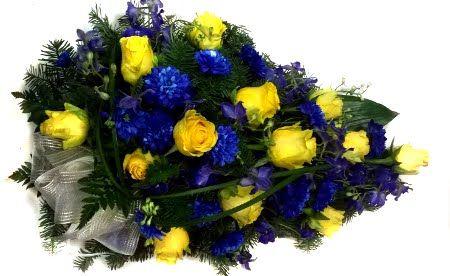 hautavihko: keltaiset ruusut  ja siniset krysanteemit