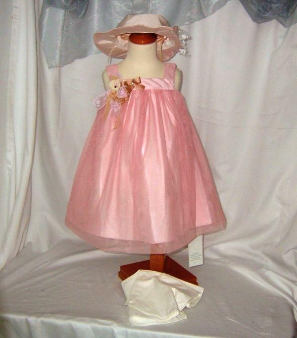 Βαπτιστικό φόρεμα από τούλι βουτήρου σε χρώμα σάπιο μήλο με ροζ λεπτομέρειες  και φιογκάκια από δαντέλα στο μπούστο.Το σετ βάπτισης έχει και κάπελο και μπολερό.Κόμψο επίσημο φόρεμα με τιράντες που επιμελήθηκε τον σχεδιασμό ο Makis Tselios.Οικονομικό πακέτο βάπτισης με επώνυμο ρούχο και αξεσουάρ.  279,00 €