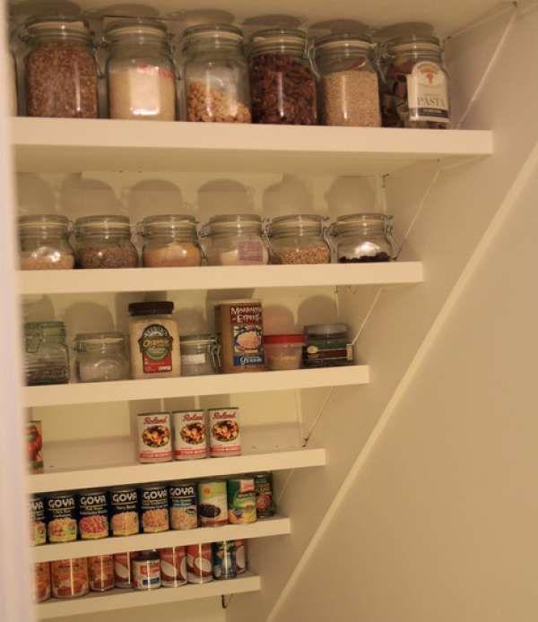 Les 25 meilleures id es concernant organiser un petit garde manger sur pinter - Armoire sous escalier ...