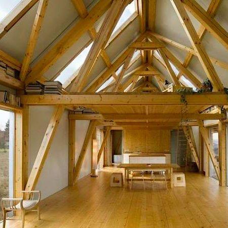 Vnitřek domu zdobí přiznané trámoví.