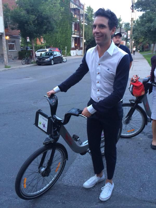 3 juillet 2015 Mika arrive au 125 Marie-Anne où il va participer à l'émission de télé du même nom.  Il utilise le libre-service BIXI, à Montréal.