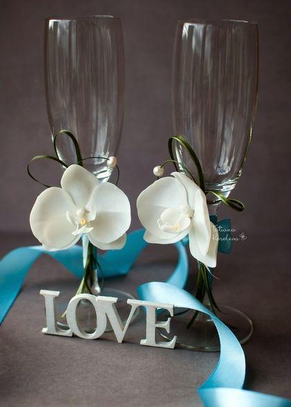 Свадебные бокалы с орхидеями и жемчугом. Свадебные бокалы с нежными белыми орхидеями из полимерной глины и натуральным жемчугом. Декорированы лентами.  Станут прекрасным дополнением Вашей свадьбы или подарком для молодоженов.  Возможно изготовление с…