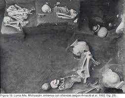 Los entierros prehispánicos eran acompañados de ofrendas que contenían dos tipos de objetos: los que, en vida, habían sido utilizados por el muerto, y los que podría necesitar en su tránsito al inframundo; instrumentos musicales de barro, como ocarinas, flautas, timbales y sonajas en forma de calaveras; esculturas que representaban a los dioses mortuorios, cráneos de diversos materiales (piedra, jade, cristal), braseros, incensarios y urnas.
