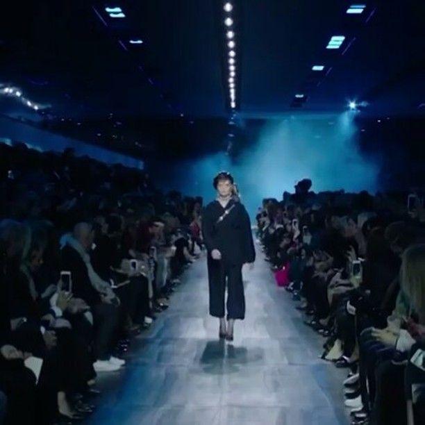 Kecintaan Monsieur Dior pada warna biru diangkat Maria Grazia Chiurri pada koleksi fall/winter 2017 dengan menampilkan seluruh busana dalam palet yang bernuansa elegan namun tetap berkesan lavish ini. Tak hanya warna Maria juga merekonstruksi Bar Jacket yang ikonis menjadi jaket hoodie dalam material tafeta serta tampilan urban dari material denim dalam kreasi kemeja dan celana cargo. Aksesori yang mencuri perhatian tentu adalah topi beret yang merepresentasikan spirit parisian chic dari…