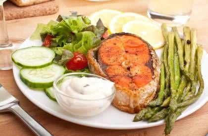 Das Abendessen ist eine gute Möglichkeit, den Tag gemütlich ausklingen zu lassen und sich eine gesunde, leichte Mahlzeit ohne Kohlenhydrate zu gönnen.