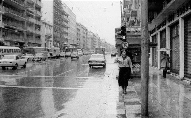 Πολλών από μας, ο δρόμος της ζωής μας-από τους πιο ζωτικούς δρόμους της Αθήνας. Σήμερα,Τάφρος-Τάφος Ονείρων. Η ποιήτρια και ηθοποιός Κατερίνα Γώγου περπατάει στην Πατησίων - Φωτογραφία του 1978 από τον Διονύση Πετρουτσόπουλο
