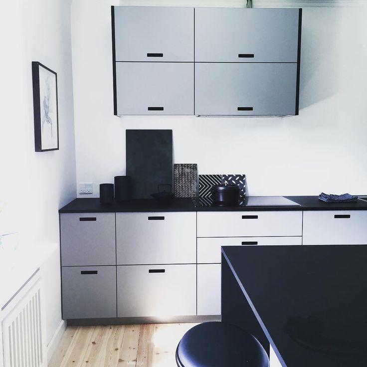 Jeg er mere end fan af @andshufl der laver låger til almindelige #IKEA køkkener. Vi fotograferer en fantastisk #makeover af et køkken der har fået helt nyt liv med de flotte fronter. #boligliv #andshufl #samirakudskpr #firedearth #marokk #retrovilla #excel #interior #mettehelenarasmussen #tiaborgsmidt @linneaekblaehr @tiaborgsmidt @samirakudskpr #staub