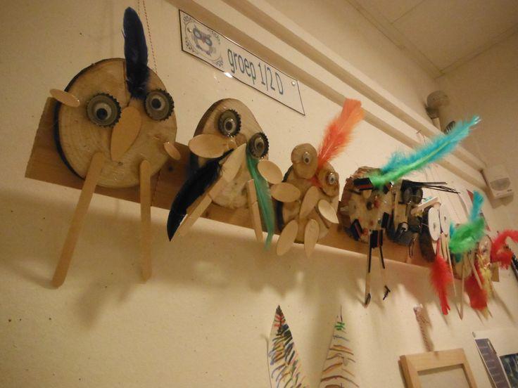 vogels van boomstronkschijfjes met waardeloos materiaal timmeren en lijmen daarna op lat getimmerd en met touwen opgehangen. n.a.v prentenboek de schilder en de vogel. PowerPoint van verschillende vogels in de kunst laten zien.