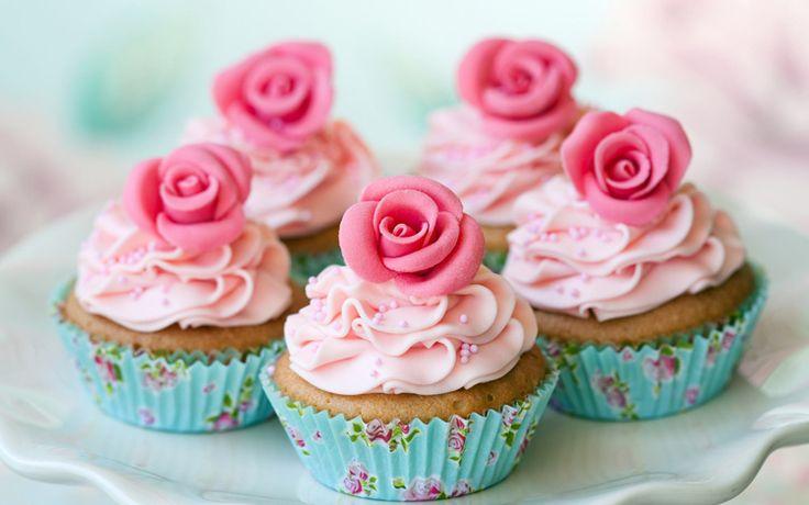 Американские пирожные капкейки – это небольшой десерт, который готовится в формочках. Нижняя часть похожа на кекс, а верхушка на кремовой основе.