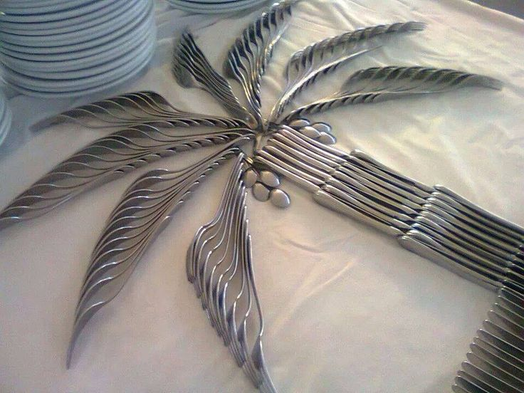 Awesome palm tree made of forks, knives, spoons...party table setting decor.  Place setting tropical feel.