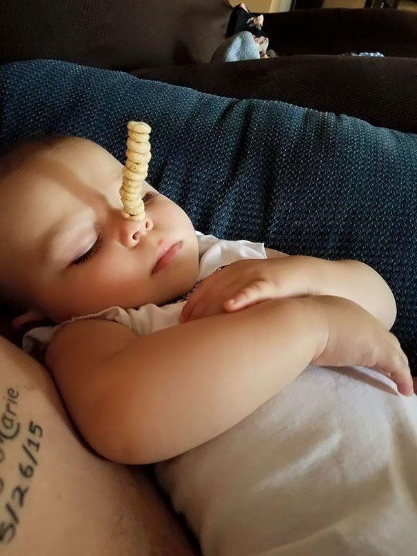 En cette journée de la fête des Pères, des papas rivalisent les uns contre les autres pour voir qui peut empiler le plus de Cheerios sur leurs bébés.