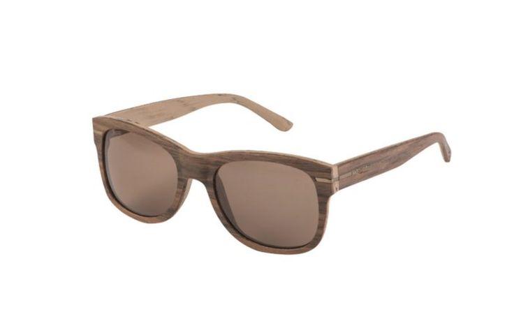 Deze zonnebril is een dameszonnebril van het merk WeWOOD en is gemaakt van hout. Het frame is bruin en de kleur van de glazen is grijs.